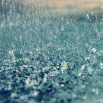 De vijver met regenwater vullen